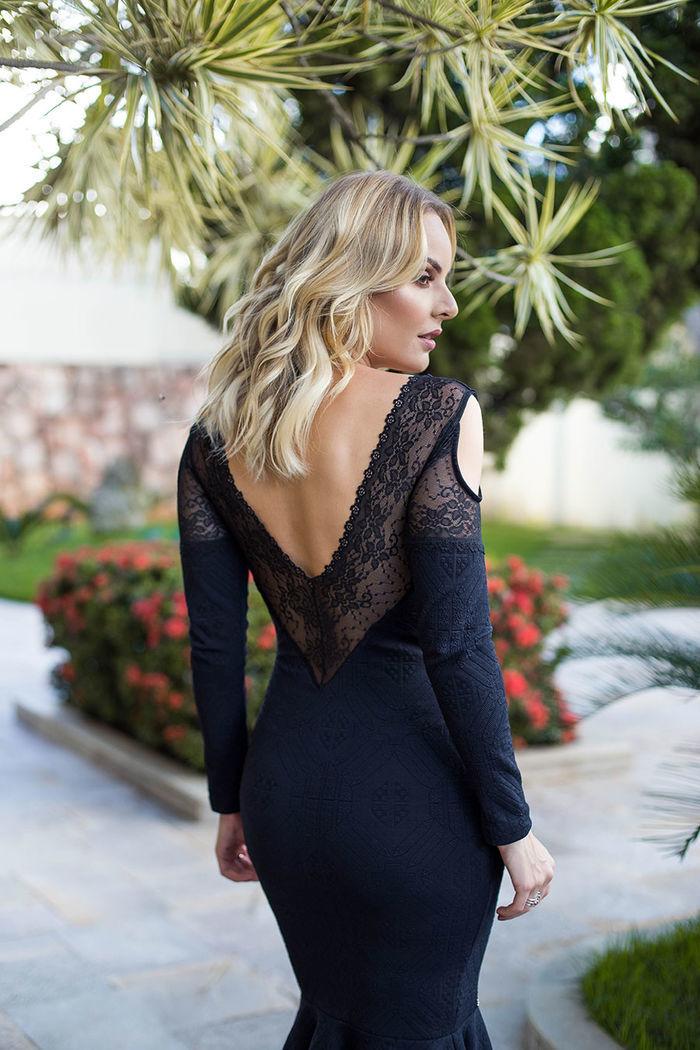 Layla Monteiro provador fashion Bh Sete vestido midi preto de renda detalhe costas