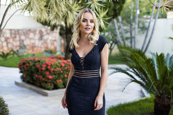 Layla Monteiro provador fashion Bh Sete vestido midi preto com transparência detalhe