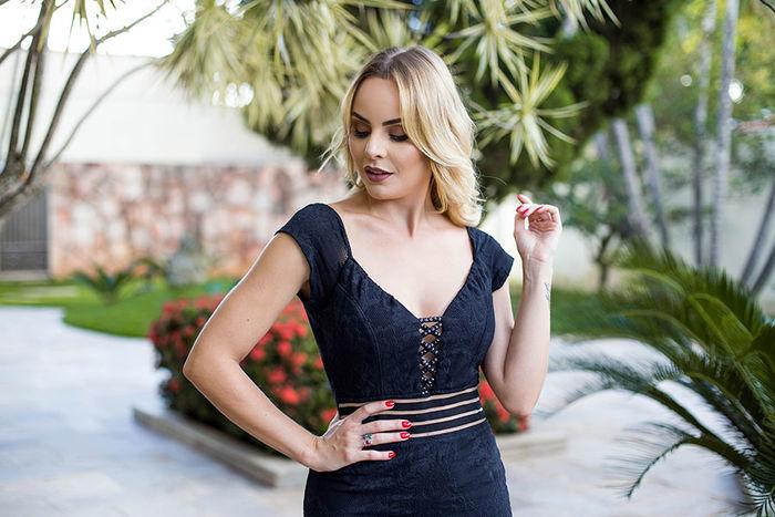 Layla Monteiro provador fashion Bh Sete vestido midi preto com transparência detalhe do decote