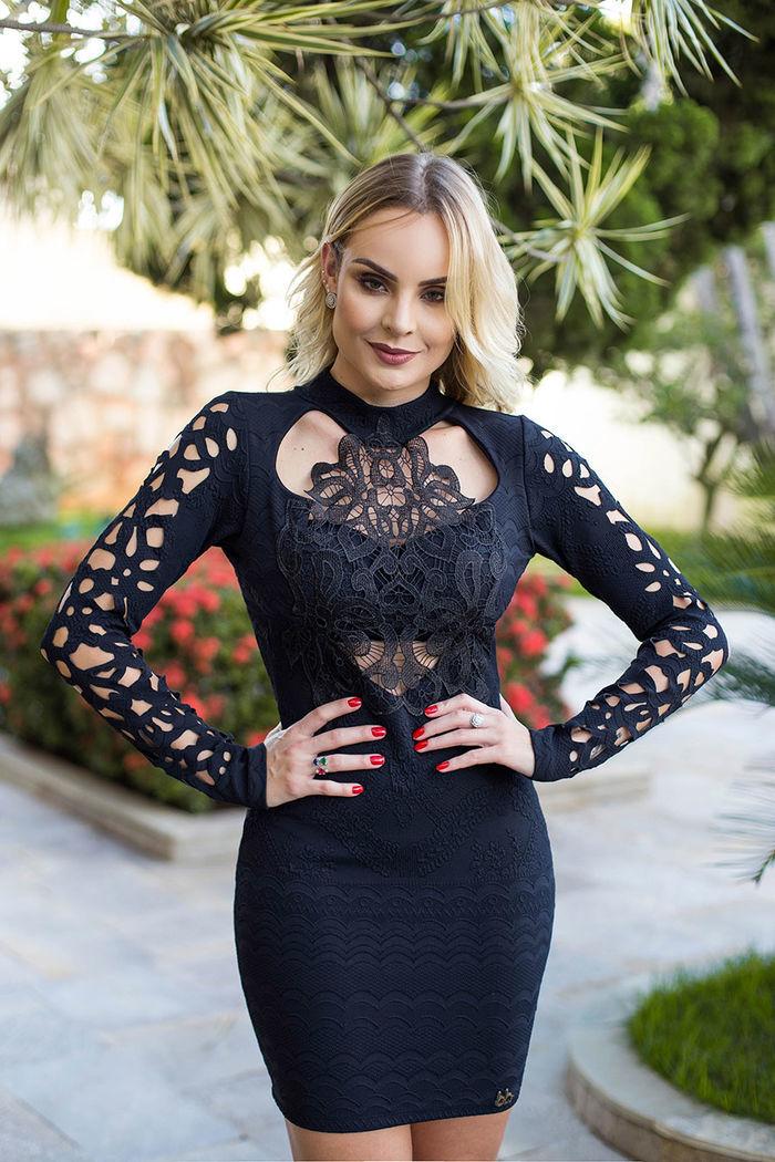 Layla Monteiro provador fashion Bh Sete vestido preto manga vazada detalhe renda