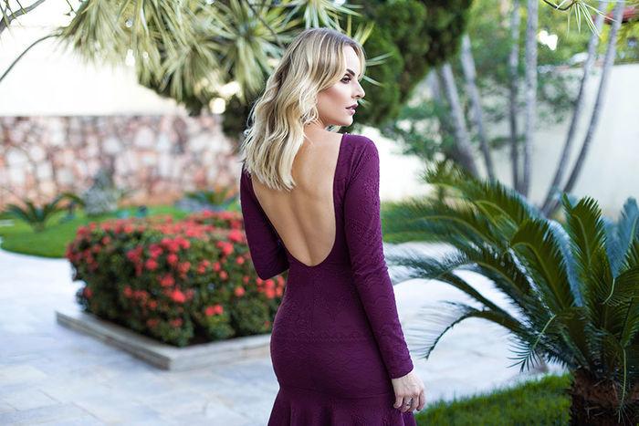 Layla Monteiro provador fashion Bh Sete vestido vinho manga longa bordado detalhe costas