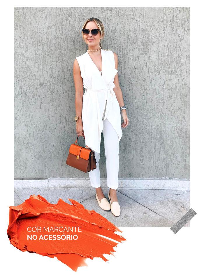 Layla Monteiro truque de estilo look com cor marcante no acessório bolsa laranja
