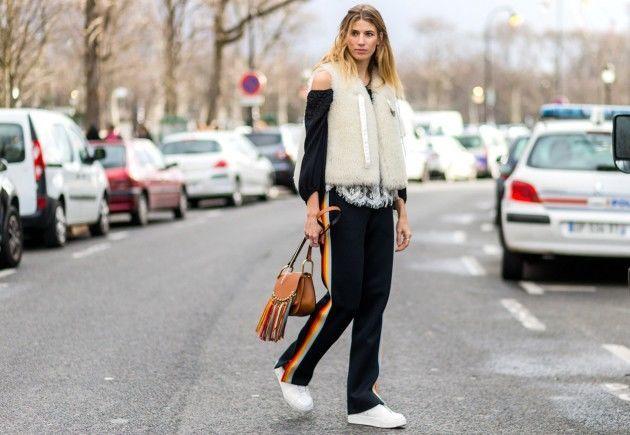 comfy com tênis e casaco de pelo fake